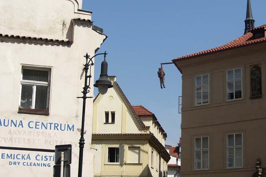 Kauniin arkkitehtuurinsa lisäksi Praha tunnetaan yllättävistä patsaistaan.