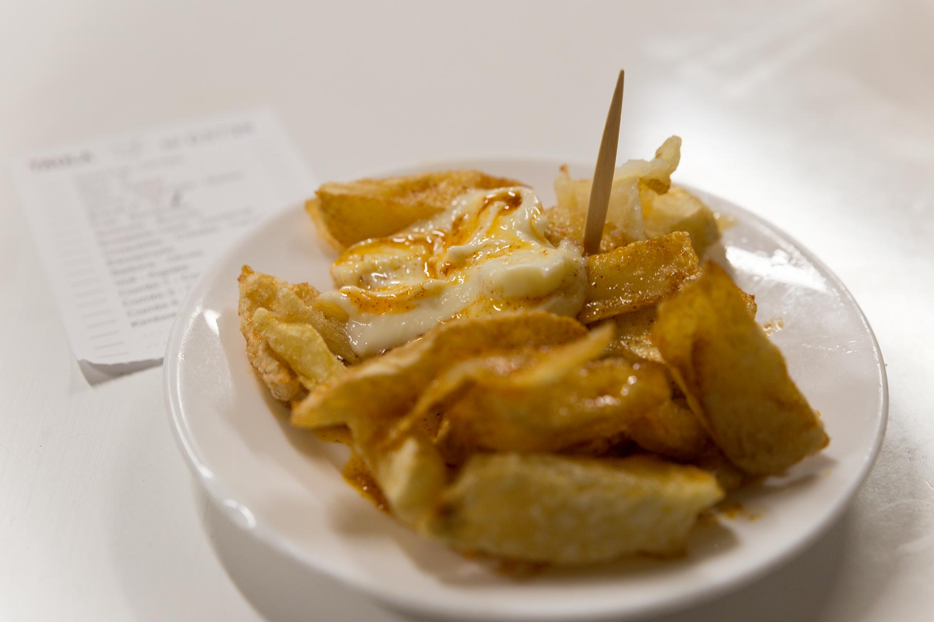 Bar Tomasin patatas bravas -annos © Tuulia Kolehmainen