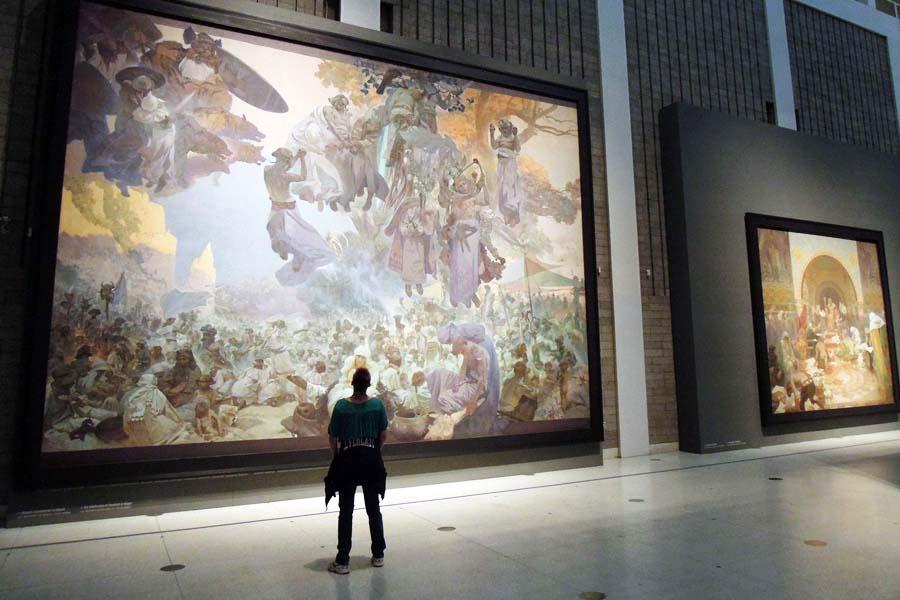 Muchan jättityöt ovat esillä Prahan modernin taiteen museossa. Kuva: sergejf, Flickr CC