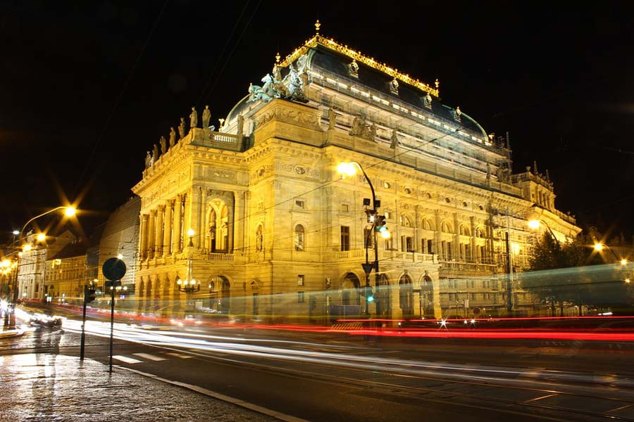 Kansallisteatteri on Prahan komeimpia kertaustyylien edustajia.