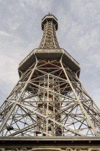 Petrin-puiston versio Eiffel-tornista.