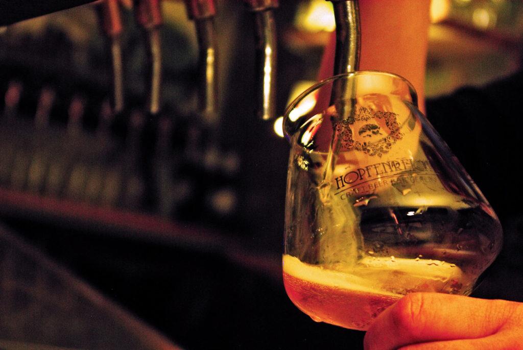 Hana-olut valuu Hopfenreich-baarissa lasiin.