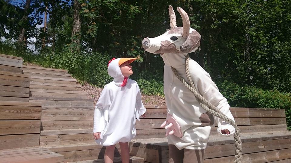 Vaahteramäen Eemelin kotitilan kana (Matilda Iisala) ja hullu lehmä (Johanna Helminen)