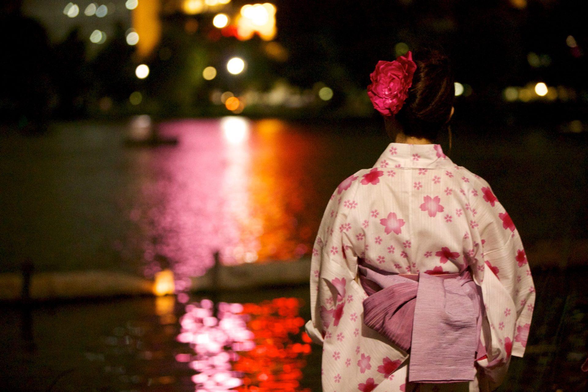 Kesäfestivaaleilla pukeudutaan kesäkimonoon eli yukataan. Kuva: Luca Mascaro, flickr.com, CC BY-SA 2.0.