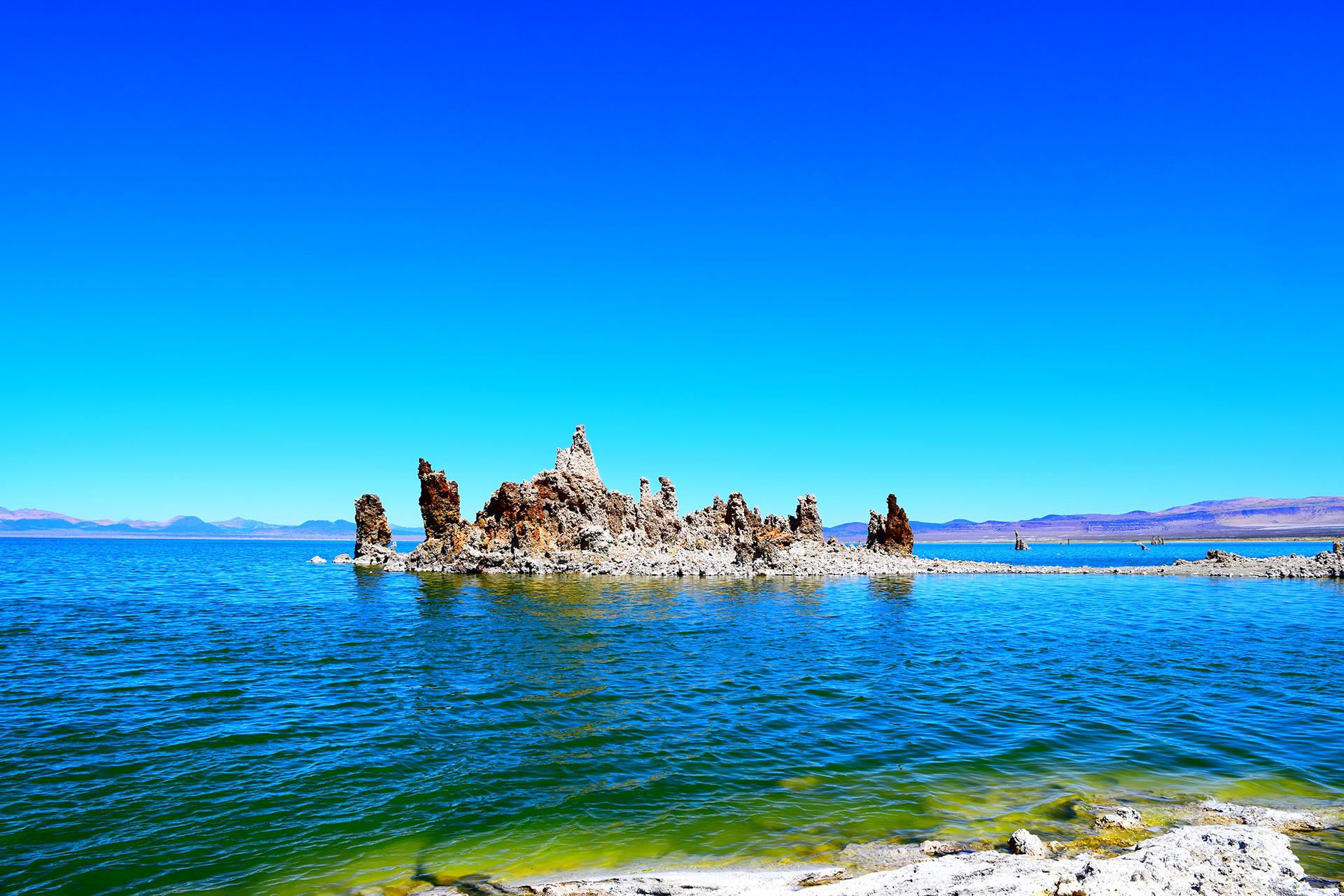 Mono Lake kivimuodostelmineen tarjoaa upean palan Kalifornian luontoa.