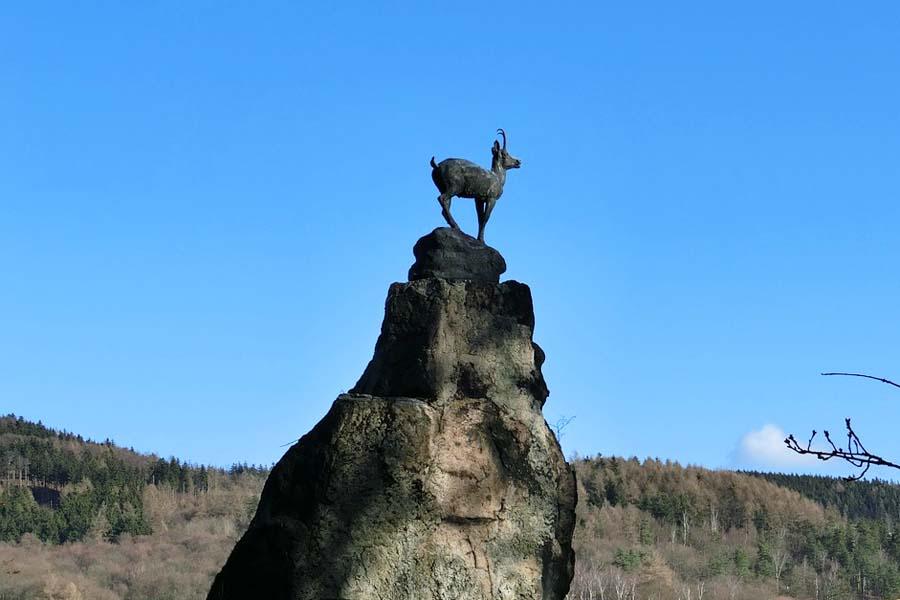 Peuranloikka-patsas on Karlovy Varyn symboli.