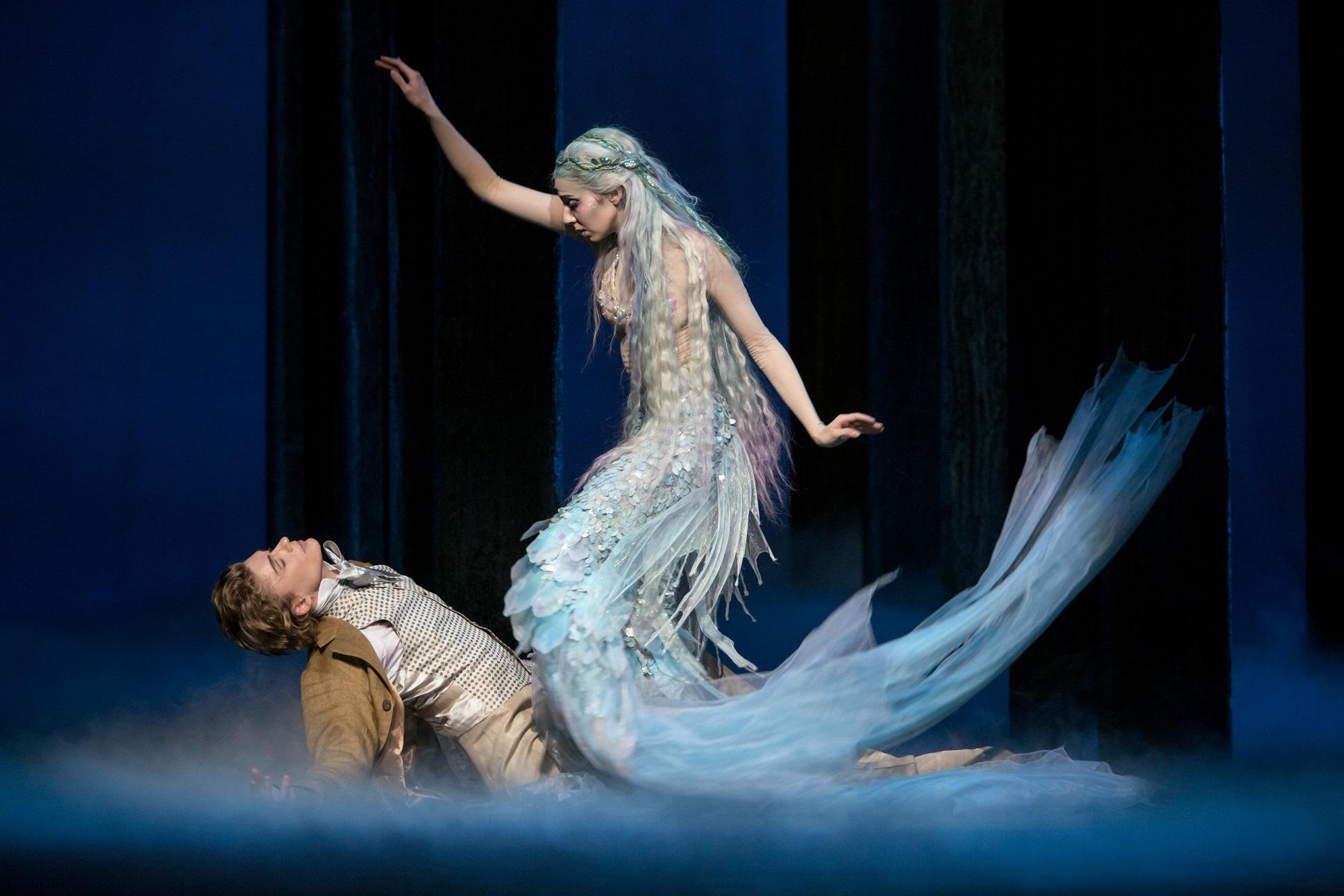 Kenneth Greven Pieni merenneito -baletti Kansallioopperassa. Kuvassa: Sergei Popov ja Tiina Myllymäki. Kuva: Sakari Viita