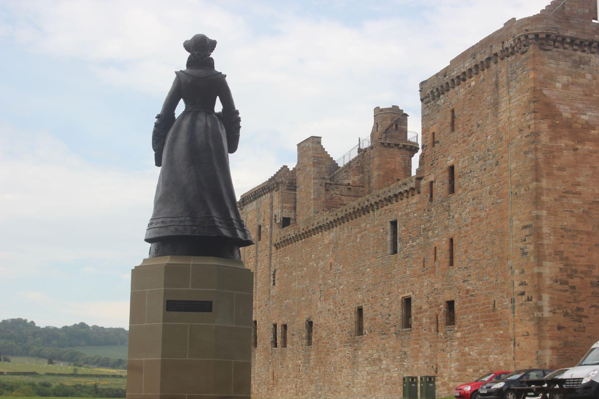 Kuningatar Maria Stuartin patsas Linlithgow'n palatsin luona. Kuva: ©John Lord, Flickr.com CC BY 2.0