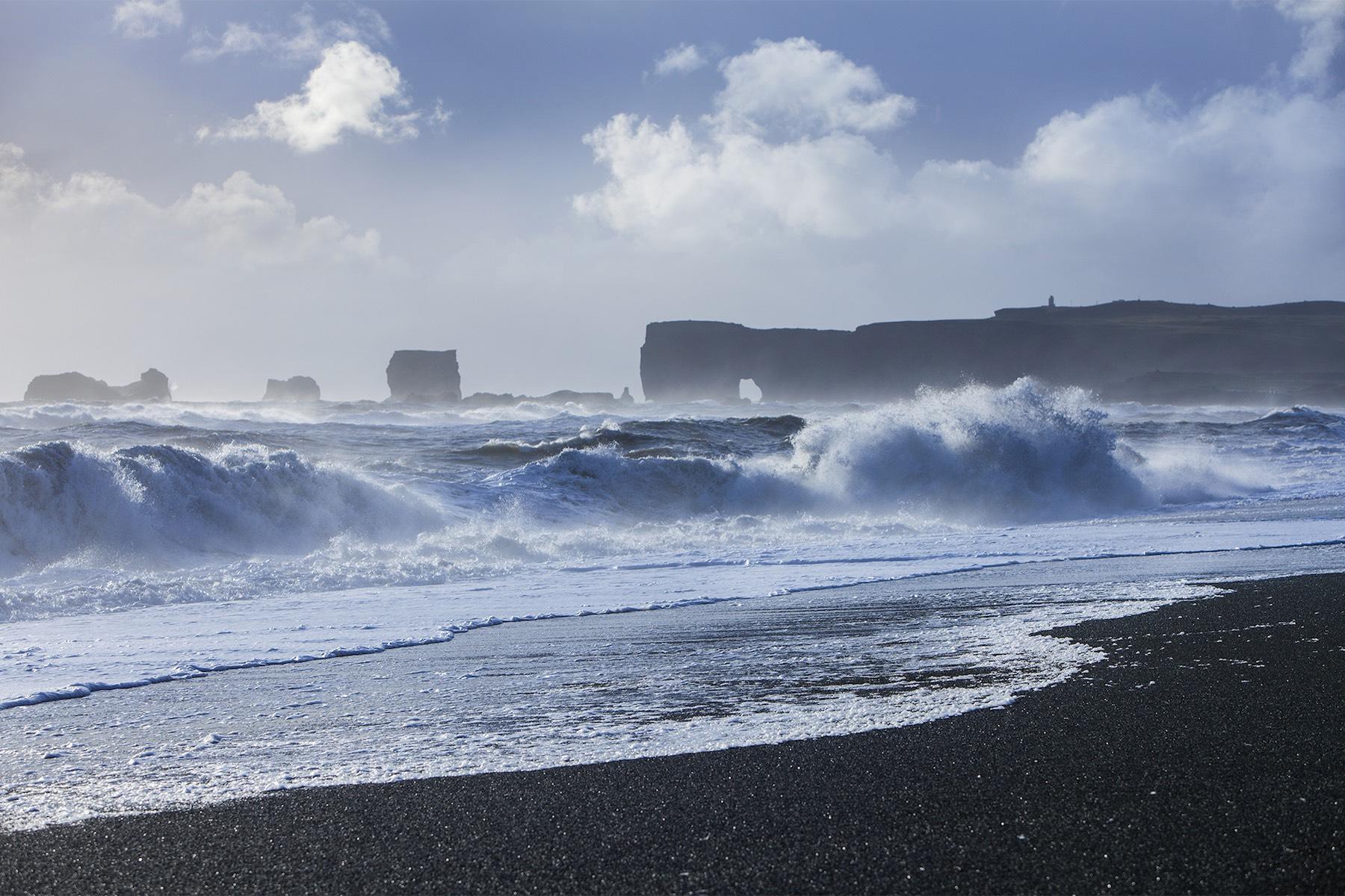 Reynisfjaran musta hiekkaranta on yksi suosituimpia Etelä-Islannin nähtävyyksiä. Kuva: Björgvin Hilmarsson