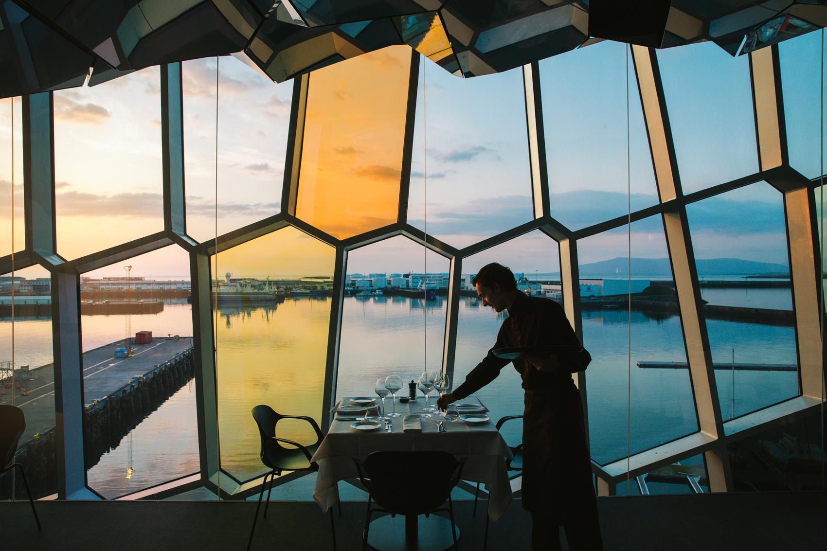 Kolabrautinn musiikkitalo Harpan yläkerrassa on fiini ravintola, josta on upeat näkymät merelle ja kaupunkiin. Jos pitää tehdä vaikutus, tämä on varteenotettava paikka. (Kuva: Kolabrautinn)