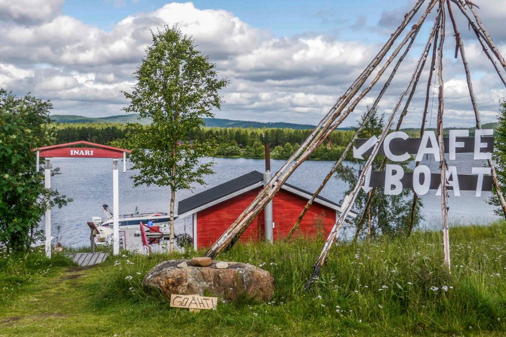 Inarin kylä sijaitsee Inarijärven rannalla. Kesäisin järvelle tehdään risteilyjä. (Kuva: Liisa Kuittinen)