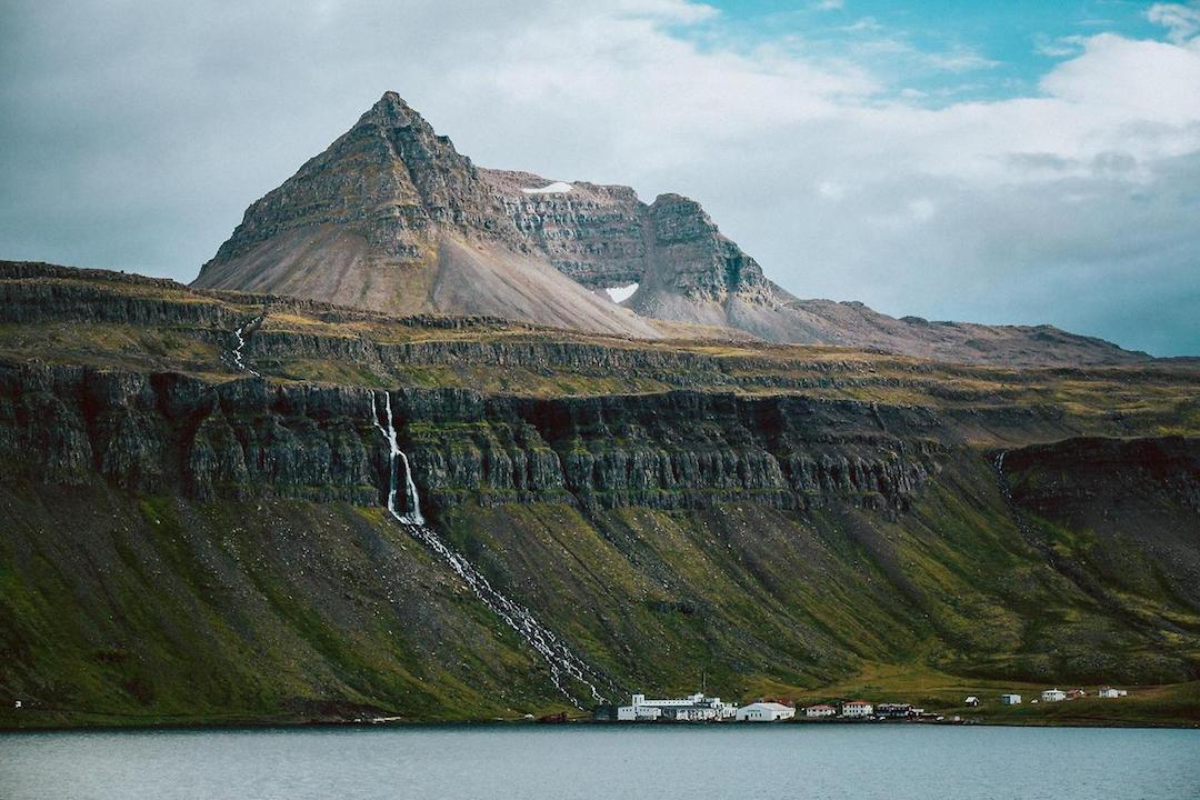 Hotel Djúpavík - kylänsä ainoa. Kuva: junaidrao / CC Flickr.