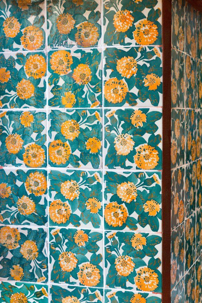 Casa Vicensin leskenlehtikoristeisia keramiikkalaattoja © Tuulia Kolehmainen