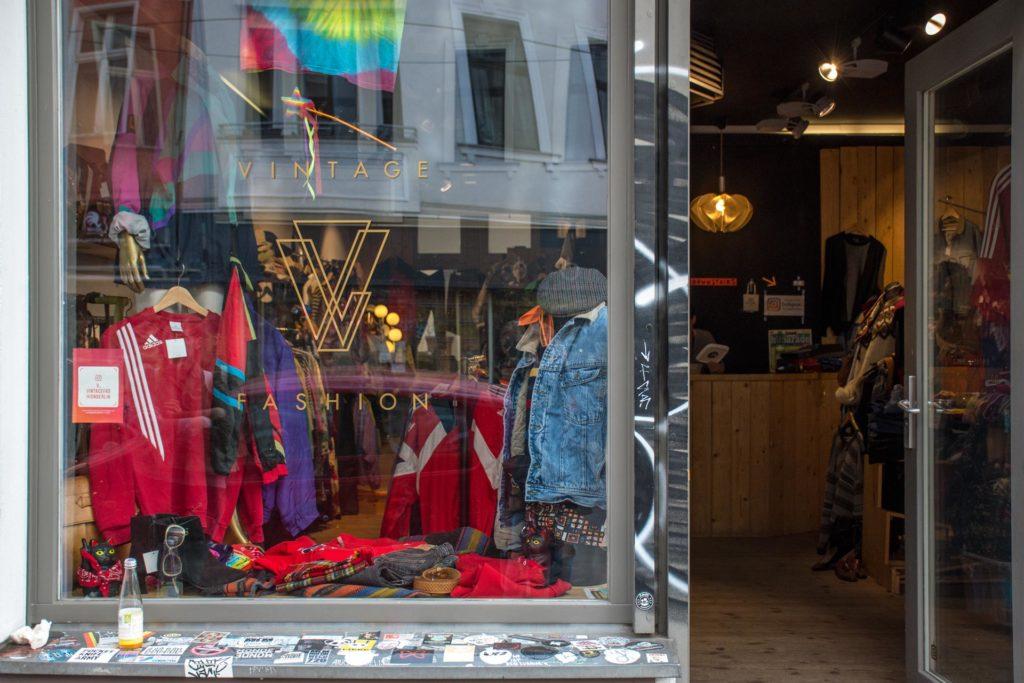 V Vintage Fashion -myymälän ikkunassa on värikästä ja sporttista.