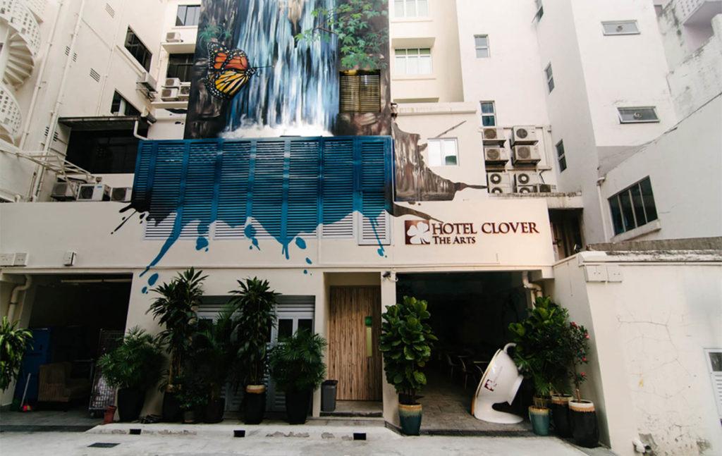 Hotel Clover the Arts takasivulla on upea vesiputousmuraali. Kuva: Hotel Clover the Arts