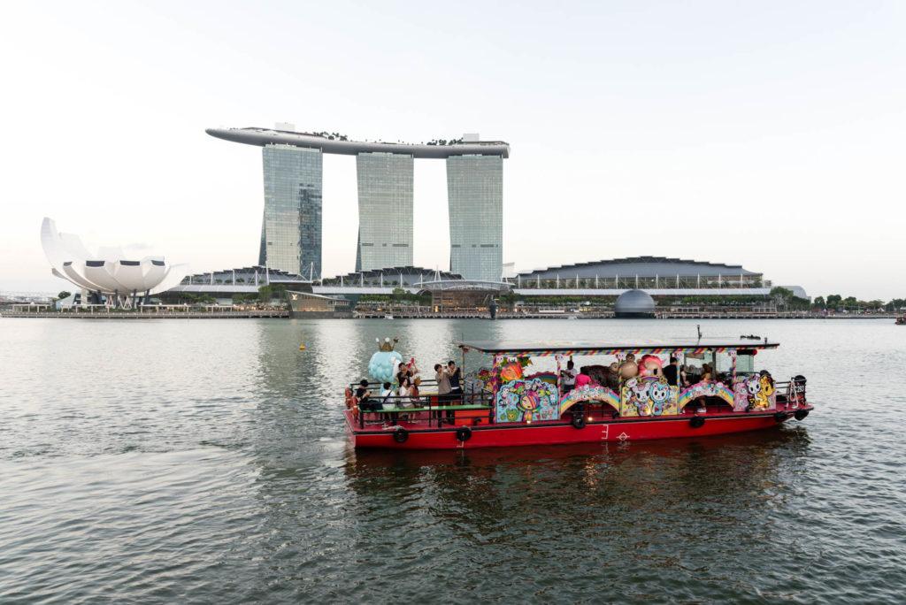 Teemaristeily Singaporen tunnetuimman rakennuksen edustalla. Kuva: Soile Vauhkonen