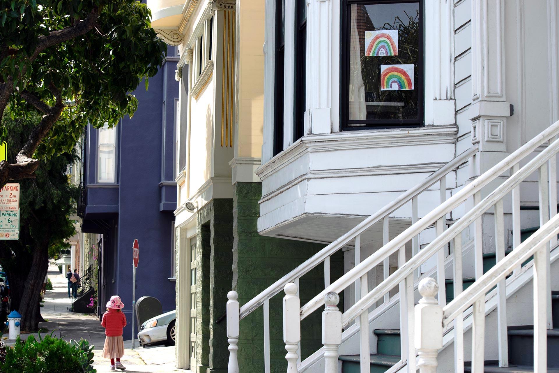 San Franciscossakin on askarreltu sateenkaaria ikkunoihin toiveikkuutta ylläpitämään. Kuva: Reetta Kemppi