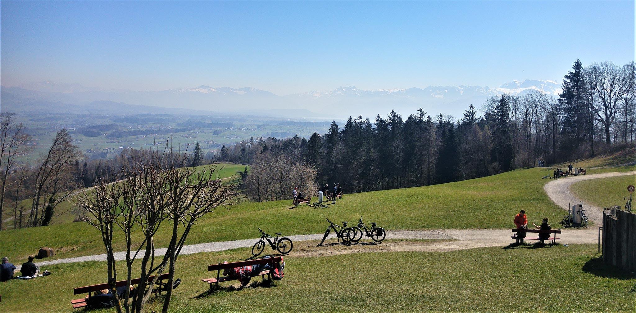 Zürichiläiset rakastavat pyötäilyä ja patikointia. Joillekin vuoristoalueille pääsyä on jouduttu rajoittamaan tungoksen takia. Kuva © Liisa Helve-Sibaja