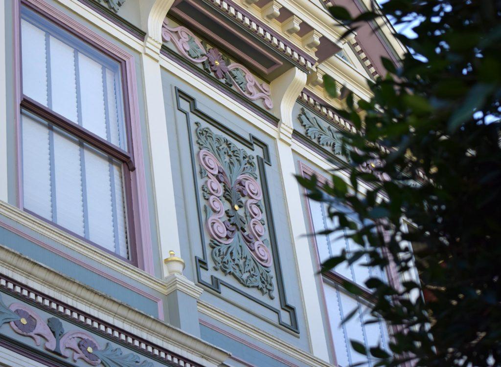 Yksityiskohta viktoriaanisessa puutalossa San Franciscossa