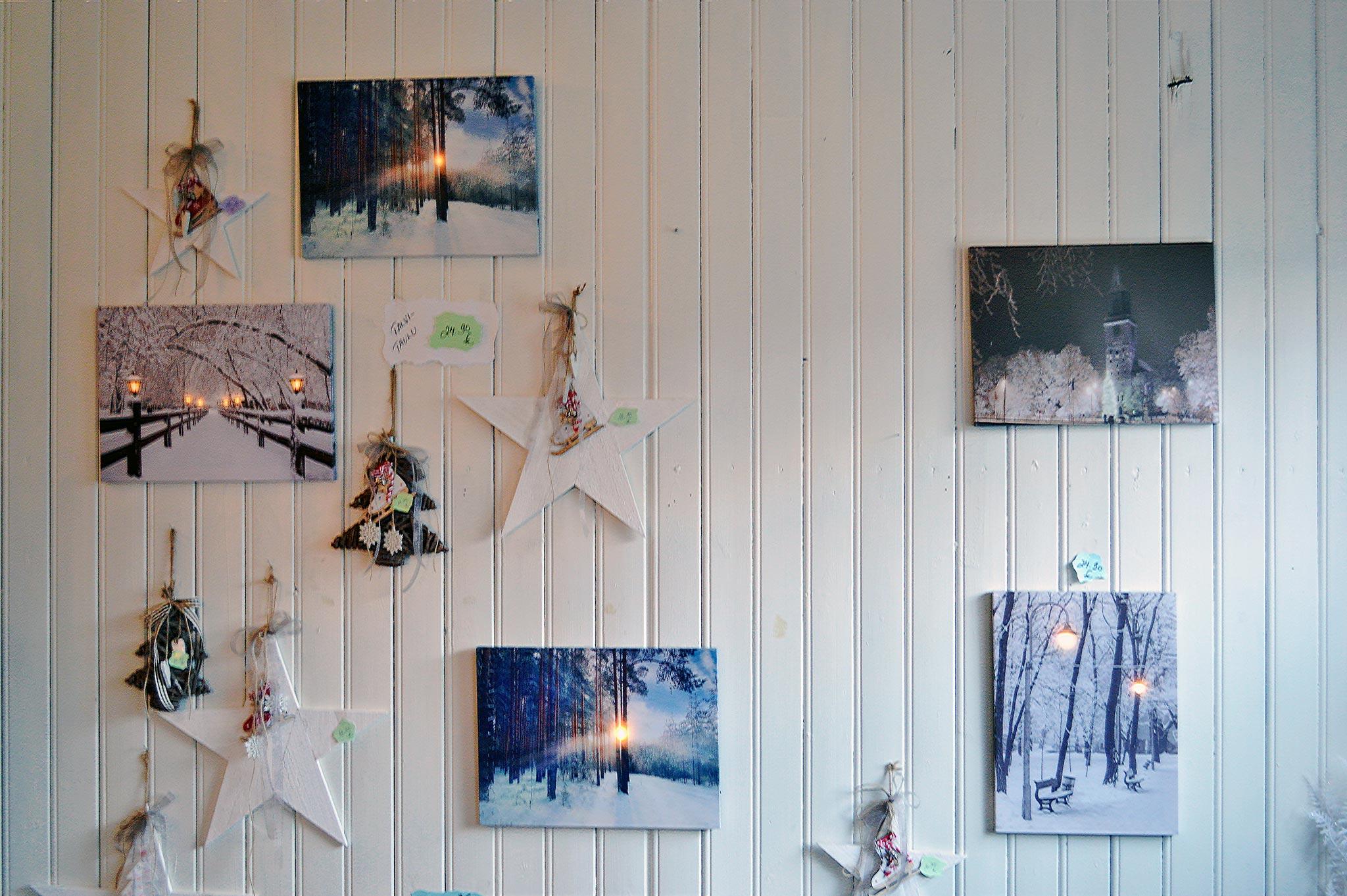 Posliinitar Ann Maarit -lahjatavaramyymälässä myydään esimerkiksi kauniita talvisia maalauksia valoilla. © Elisa Helenius