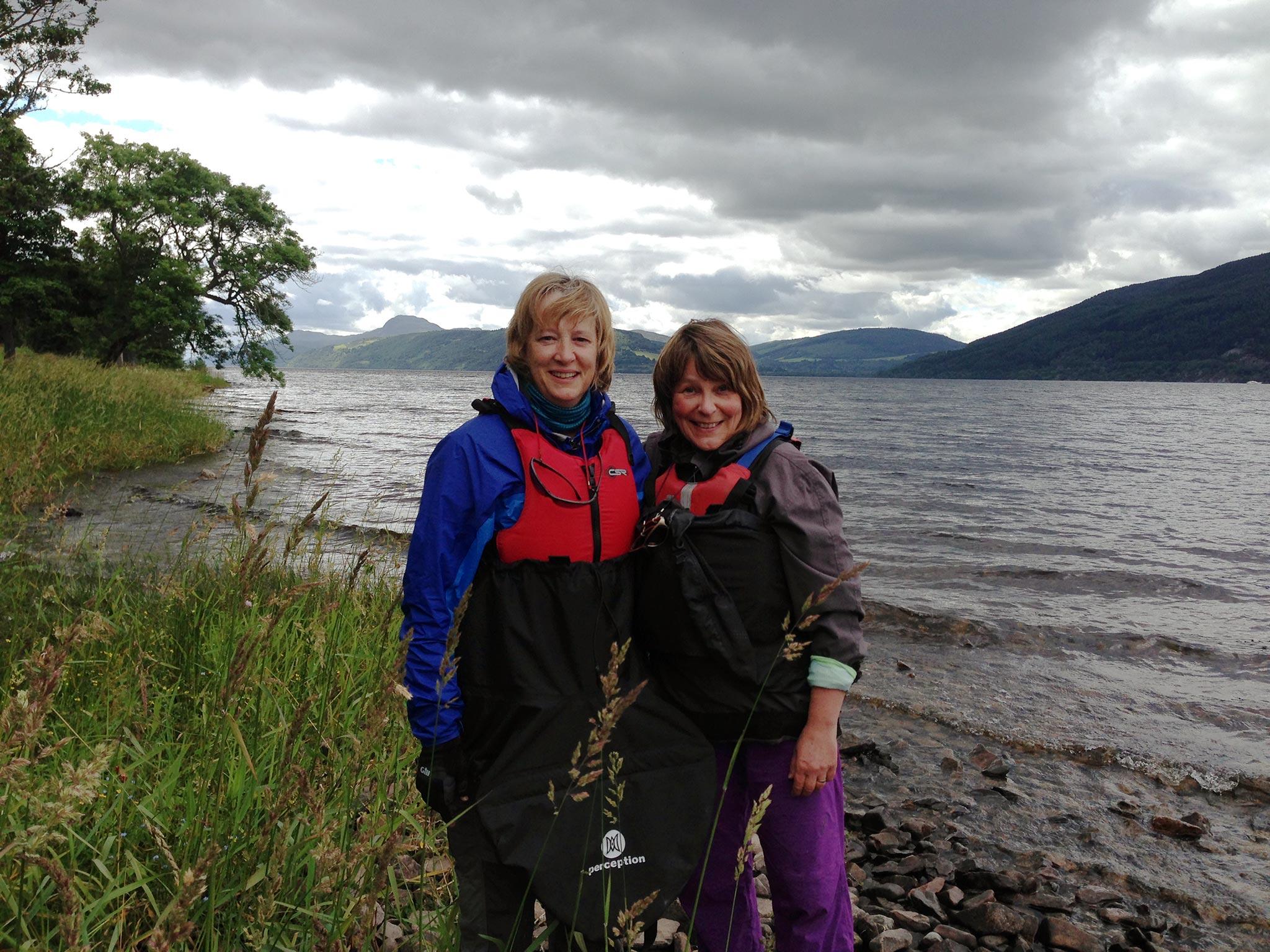 Tauolla Loch Nessin rannalla melontaretkellä järven eteläpäästä pohjoiskärkeen. Kuvassa vas. toinen melontakaveri Sheona Stewart ja kirjoittaja. Kuva: Lindsey Guthrie