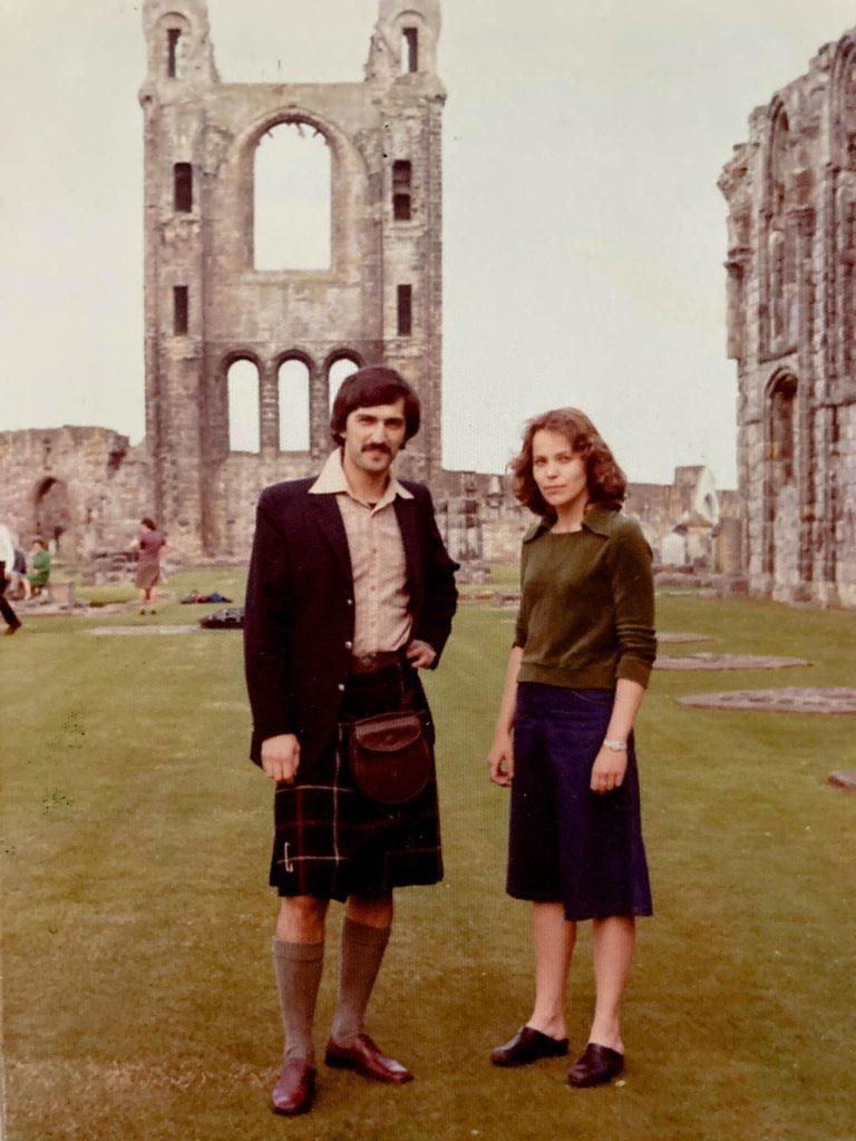Kirjoittaja ja yliopistolla työskennellyt Zhenya Kuschev kiltissä St Andrewsin katedraalin raunioilla kesällä 1976. Kuva: Ludmila Kuschev