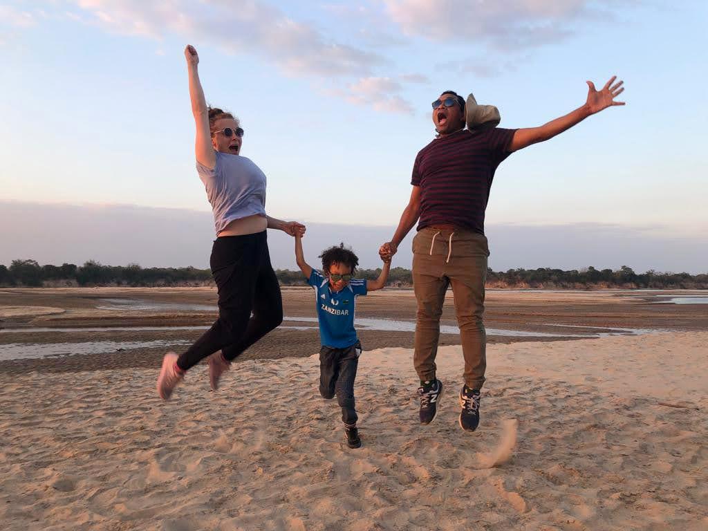 Tansaniassa riittää tutkittavaa! Selousin suojelualueella pääsee venesafarille Rufiji-joelle, jonka hiekkasärkällä tämä perhehyppy on taltioitu.