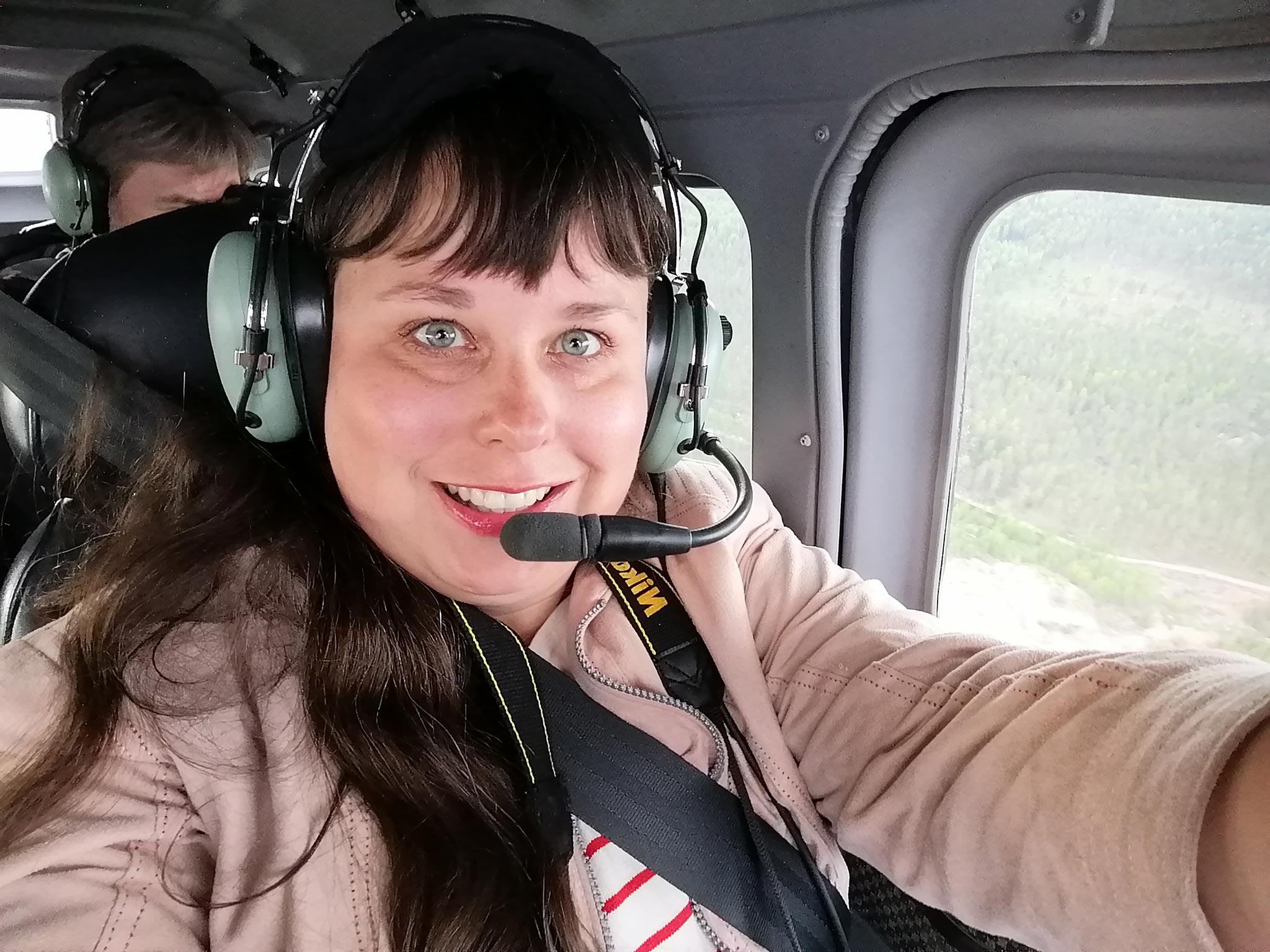 Selfie yläilmoissa! Toimittaja Elisa Helenius istui pelkääjän paikalla pienlentokoneessa.