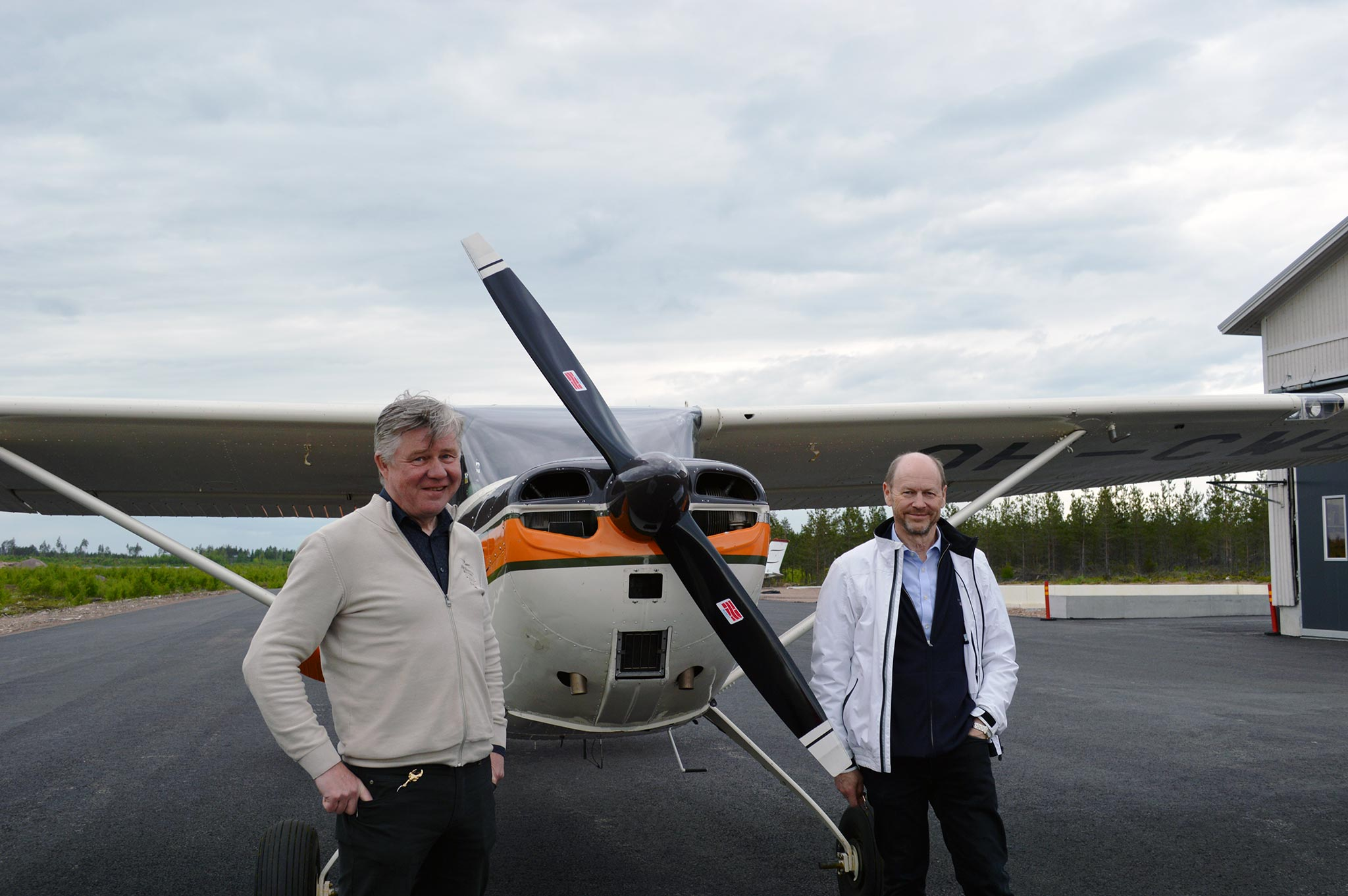 Redstone AERO:n hallituksen puheenjohtaja Esa Korjula ja Tulevaisuuden ilmaliikenteen kehityskeskuksen LIFT:n vetäjä Olli Nuuttila seisovat Pyhtään lentokentällä.