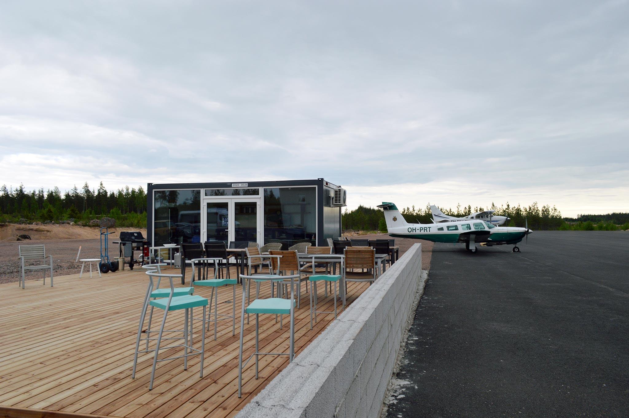 Pyhtään lentokentälle avataan kesällä 2021 kiitoradan viereen terassi, jonne kuka vain voi tulla syömään, juomaan ja katsomaan pienlentokoneita.