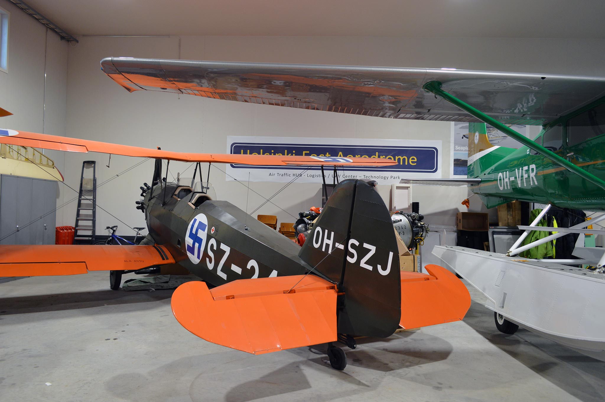 Pyhtään lentokonehallista löytyy toisen maailmansodan aikainen Suomen armeijan lentokone natsitunnuksin.