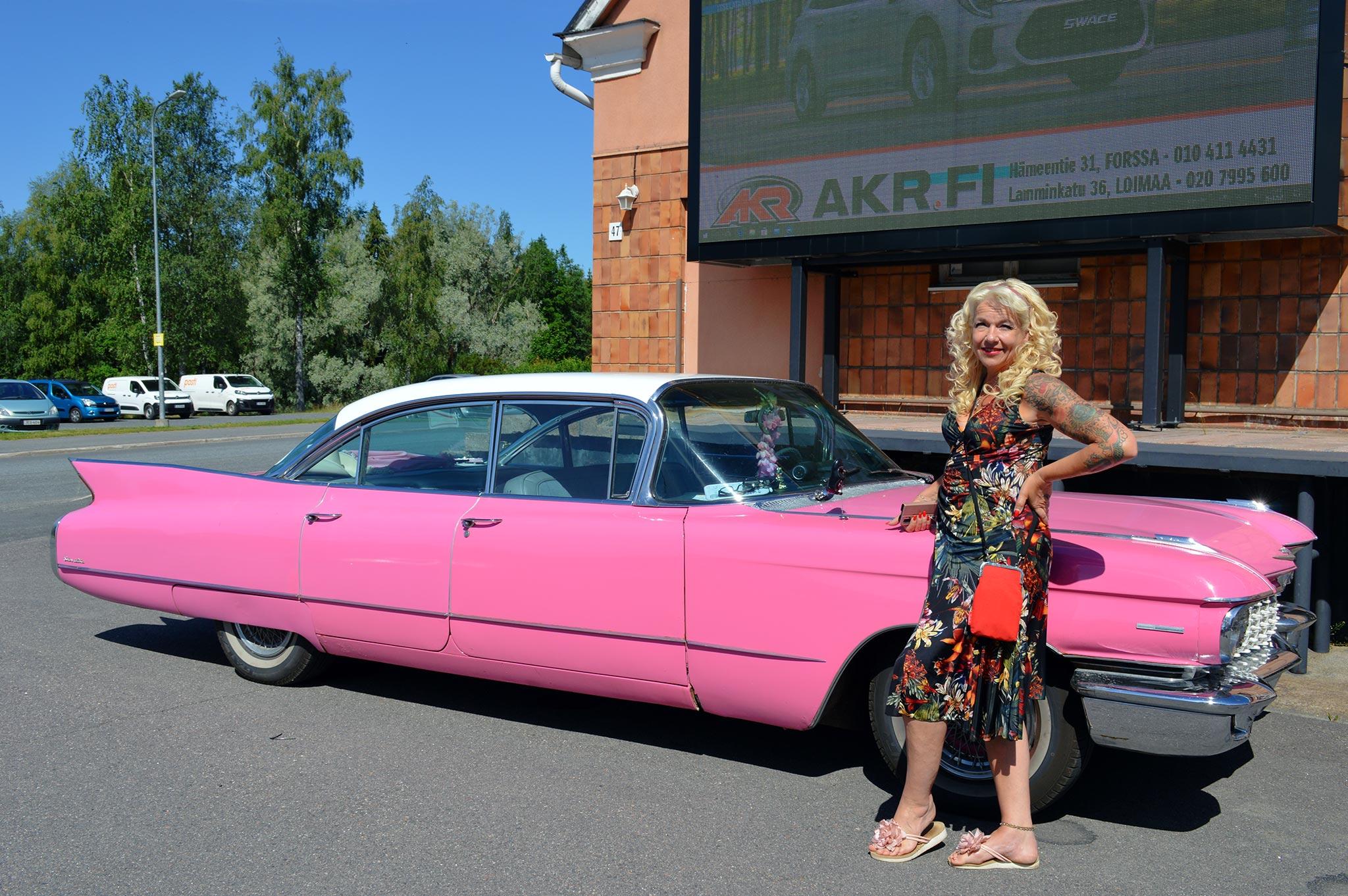 Helmen omistaja Anita Hallapelto omistaa kaksi pinkkiä Cadillacia. Myymälä on entisessä meijerissä.