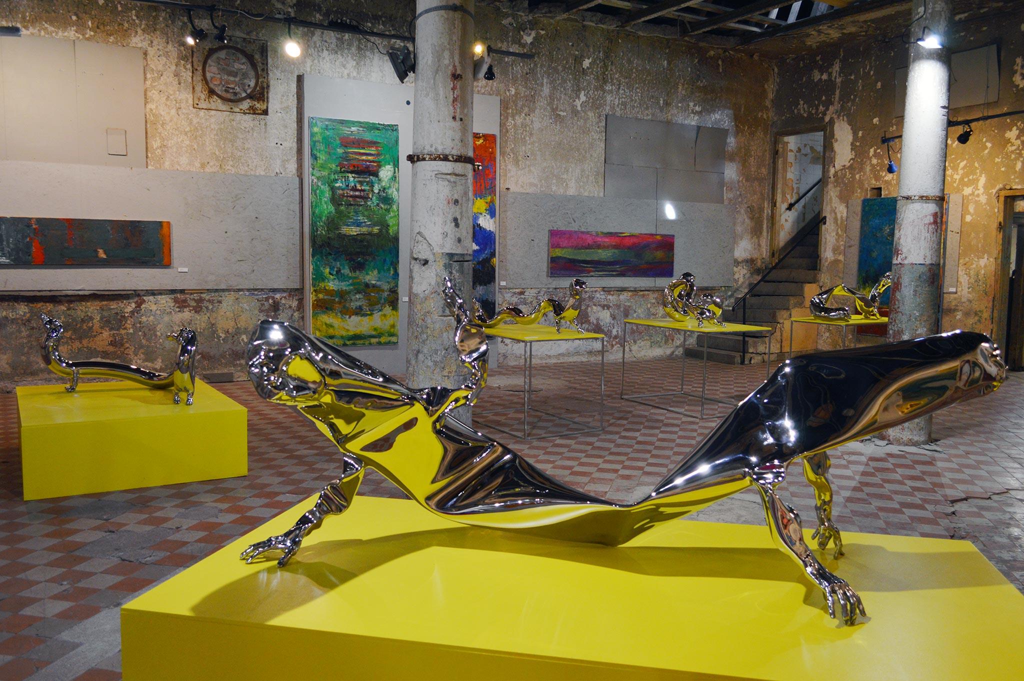 Tavoitellaan kiiltävää kohtaloa -kesänäyttelyssä on esillä myös esimerkiksi Kimmo Schroderuksen metallisia veistoksia ja Reijo Viljasen pehmeitä värimaalauksia.