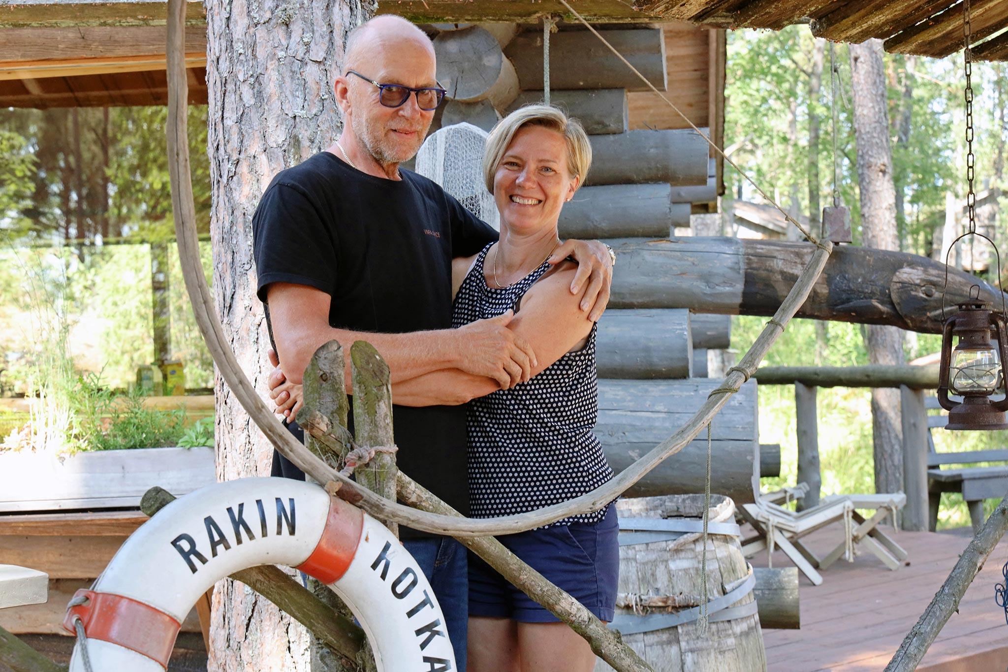 """Matkailuyrittäjät Pertti """"Pete"""" Illi ja Virpi Illi pyörittävät Rakin Kotkan matkailutoimintaa. Kuva: Päivi Arvonen"""