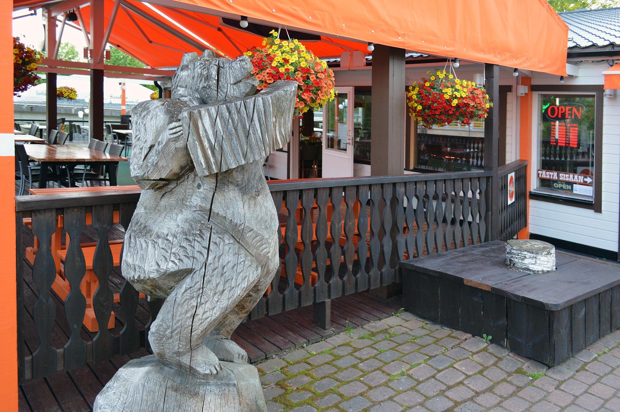 Ravintola Rantatupaan houkuttelevat 200 paikkainen jokivarsiterassi ja grilliruoka.