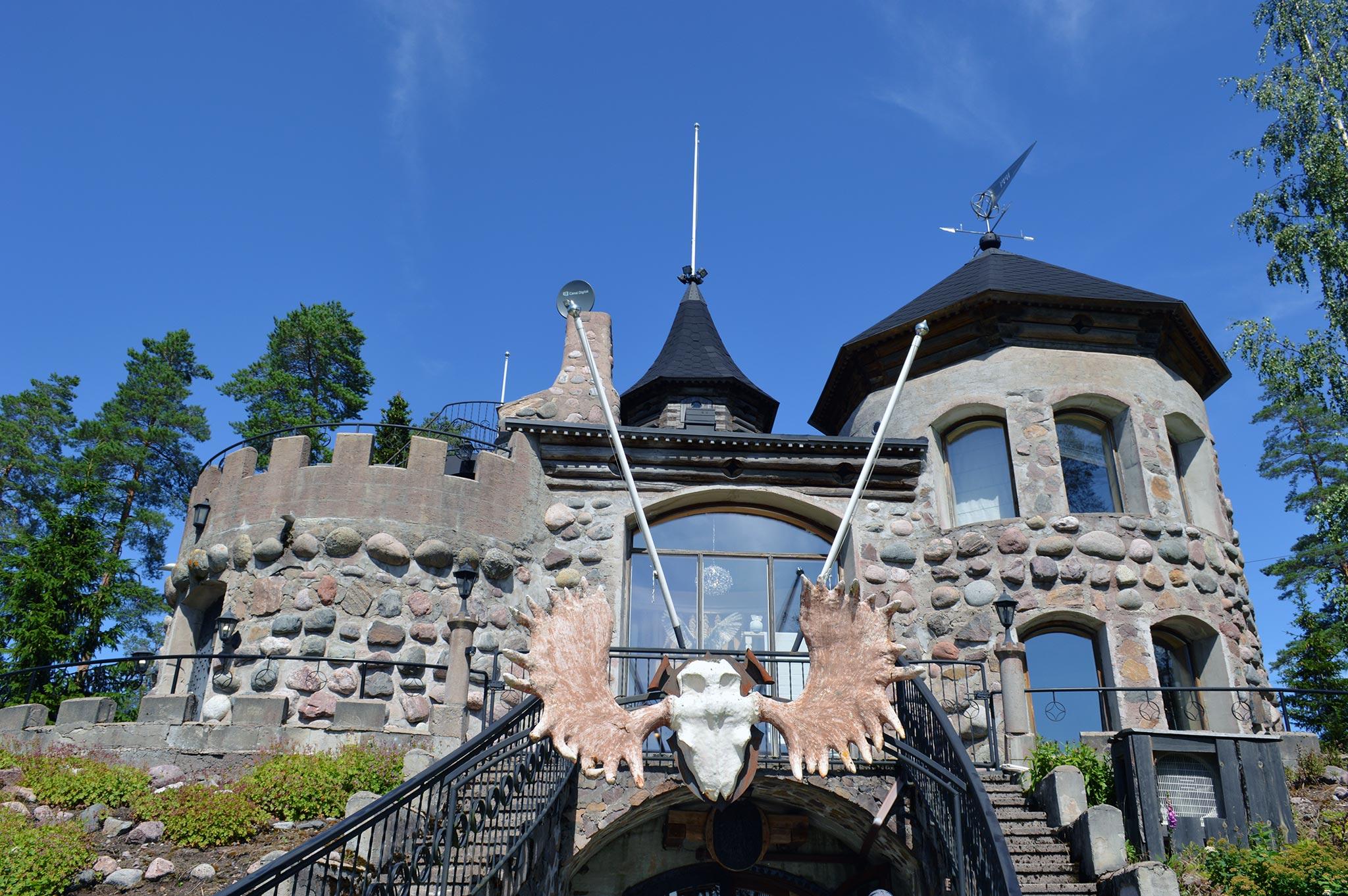 Hiidenlinna on somerolaistaiteilija Reino Koivuniemen ideoima ja rakentama linna.