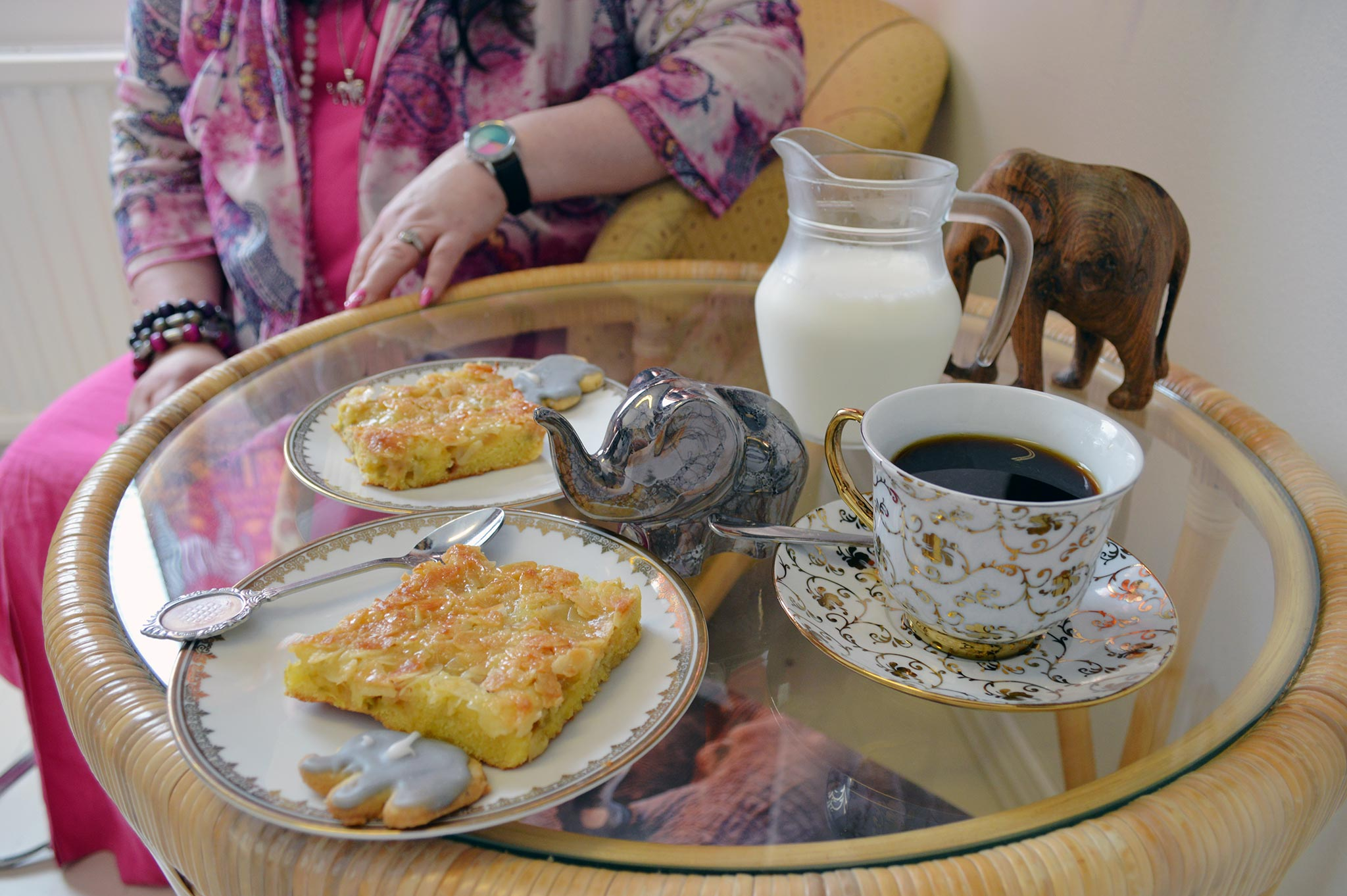 Norsukesäkahvilassa voit nauttia kahvin kanssa esimerkiksi tuoretta raparperipiirakkaa ja norsukeksejä.