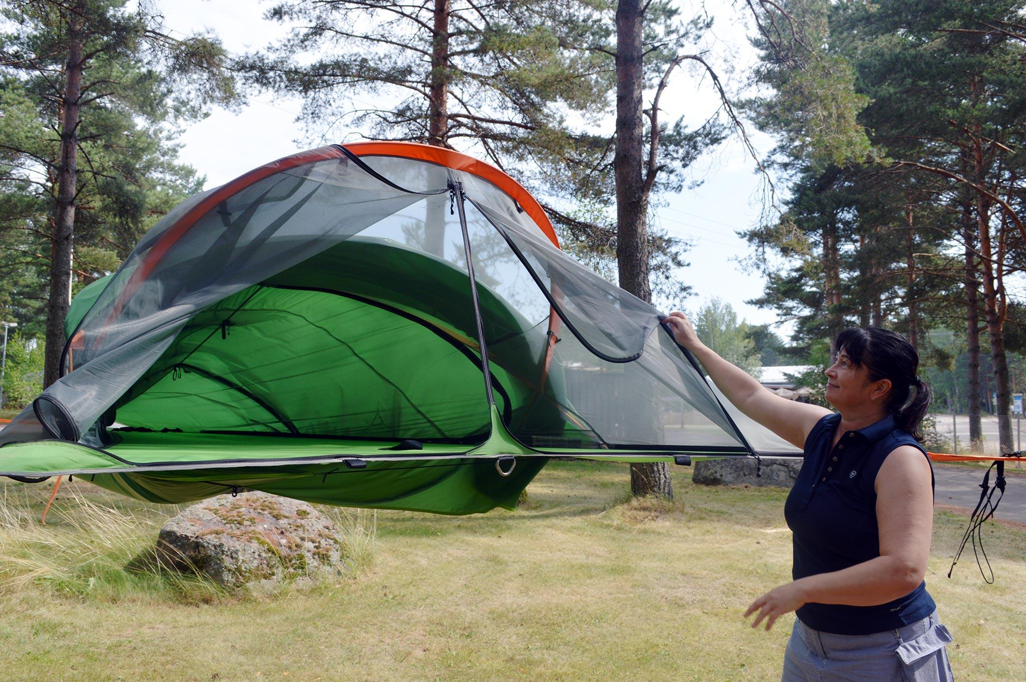Santalahti Resortin toinen omistaja Katriina Halles-Markkola esittelee kahden hengen puutelttaa eli tentsileä.