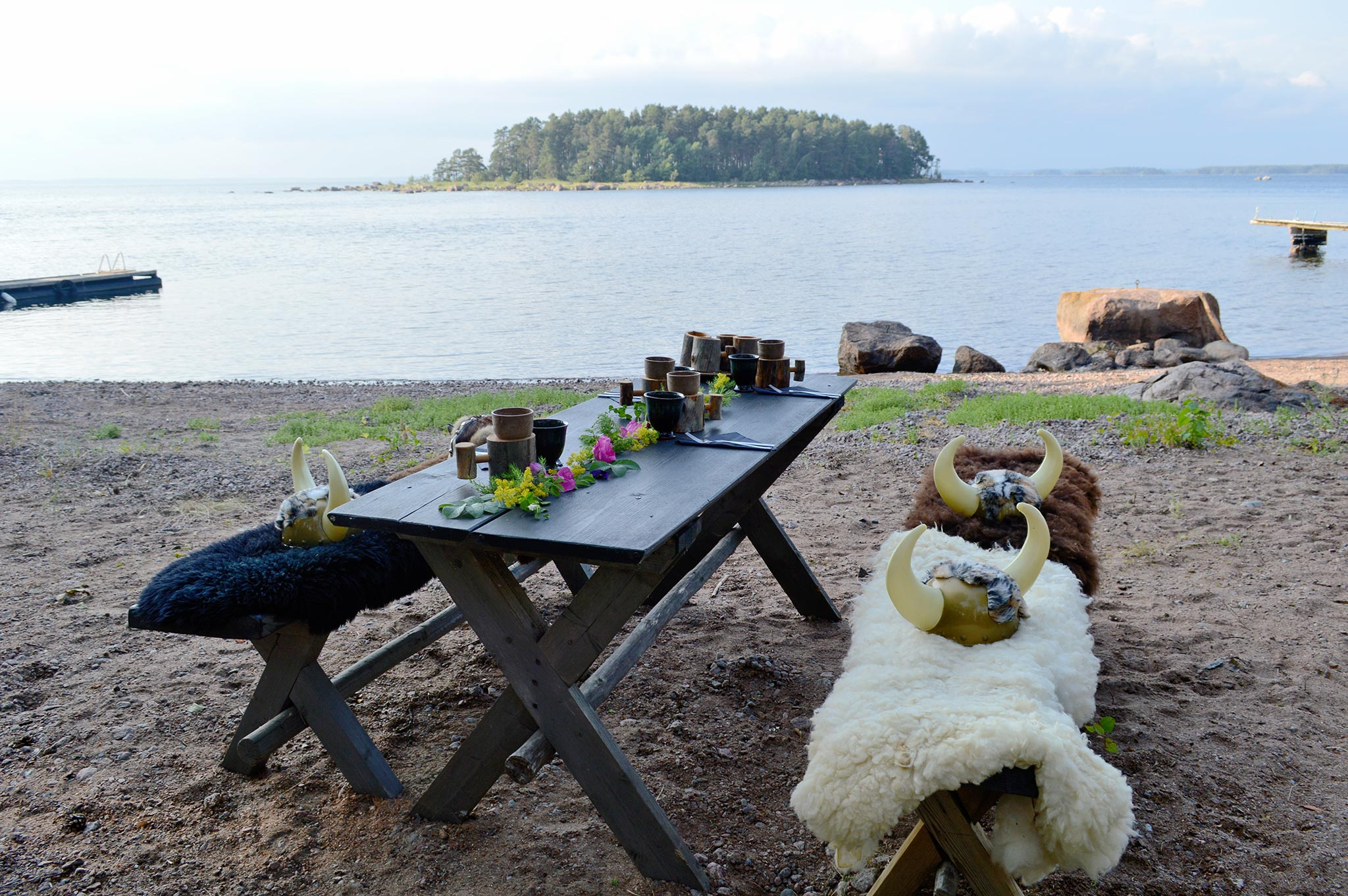 Virpi Illi osaa loihtia kauniita kattauksia ja herkullisia aterioita, kuten tämä viikinkiteemainen illallinen Rakin Kotkan uimarannalla. Kuva: Elisa Helenius