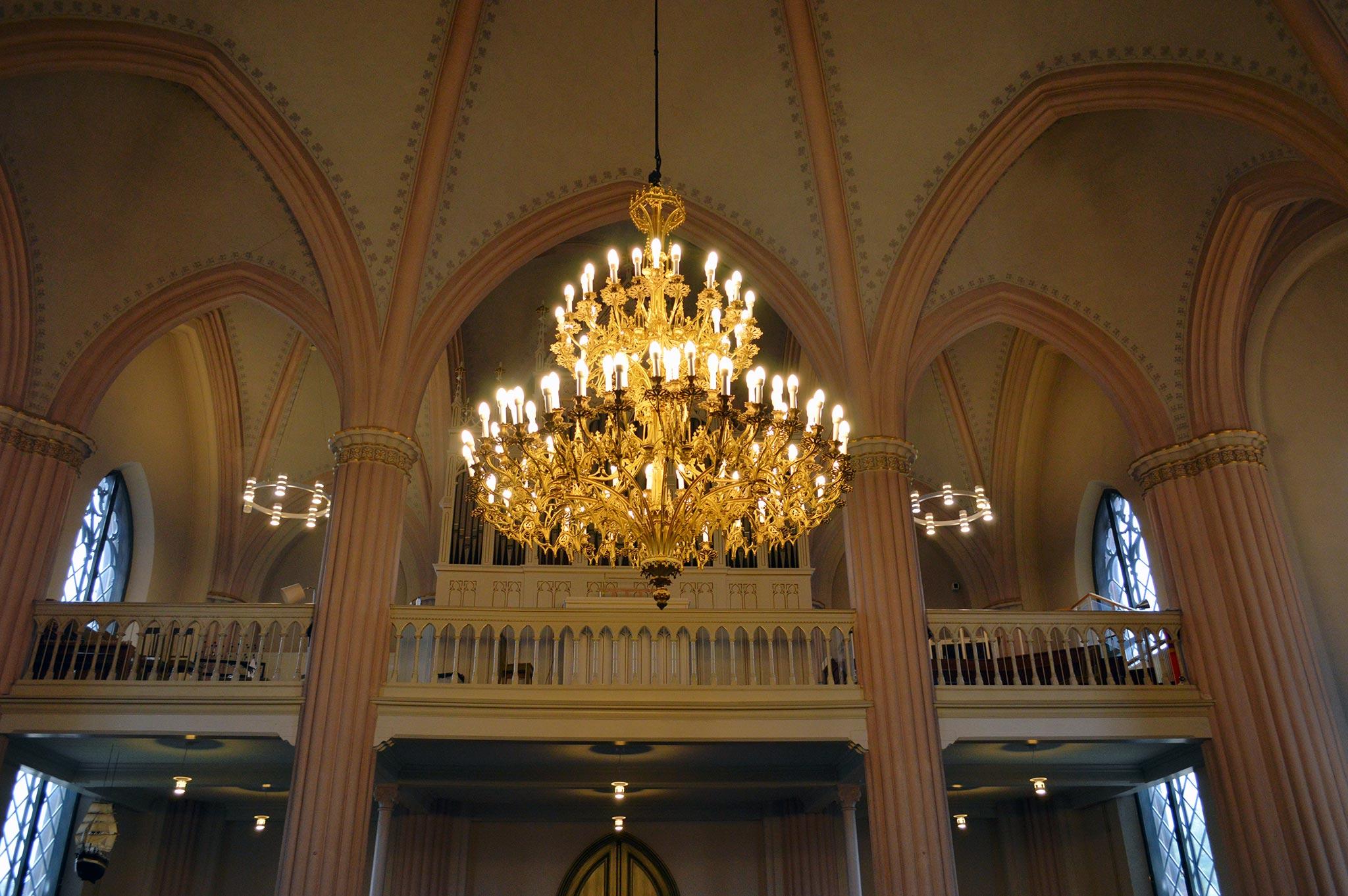 Loviisan kirkko on yhtä aikaa goottilaisen jylhä ja herkän pastellisävyinen.