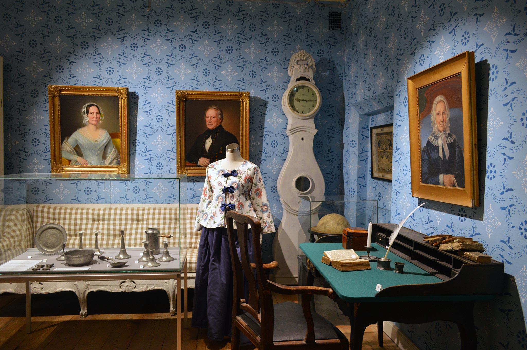 Loviisan kaupungin museon perusnäyttelyssä voi ihastella esimerkiksi vanhaa kirjoituspöytää.