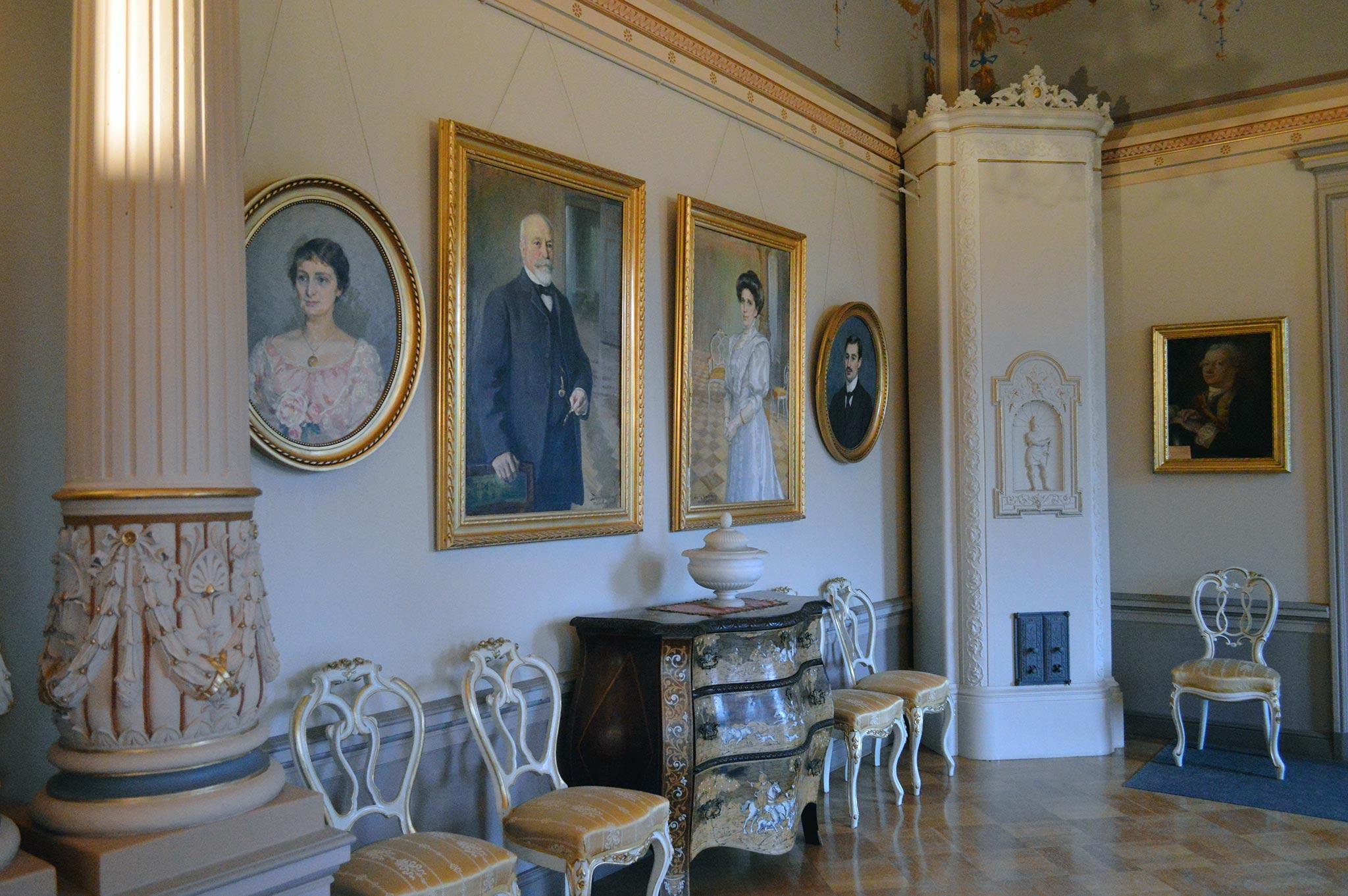 Malmgårdin kartanon salin seiniä koristavat Creutzin suvun jäsenten muotokuvat.