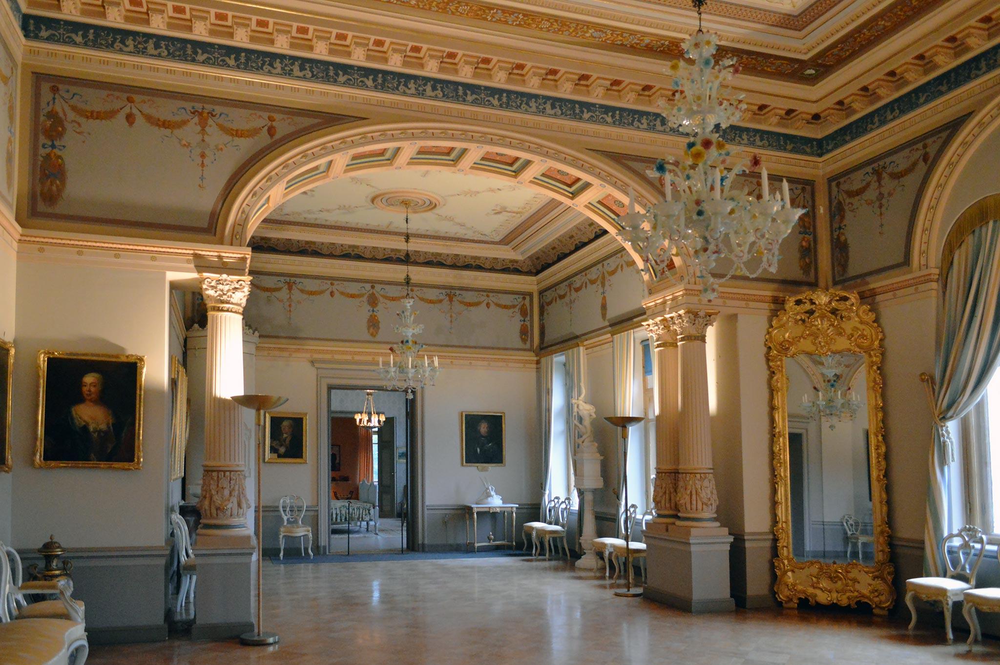 Malmgårdin kartanon loisteliaan salin kattokruunut on tuotu Venetsian Muranosta 1880-luvulla.