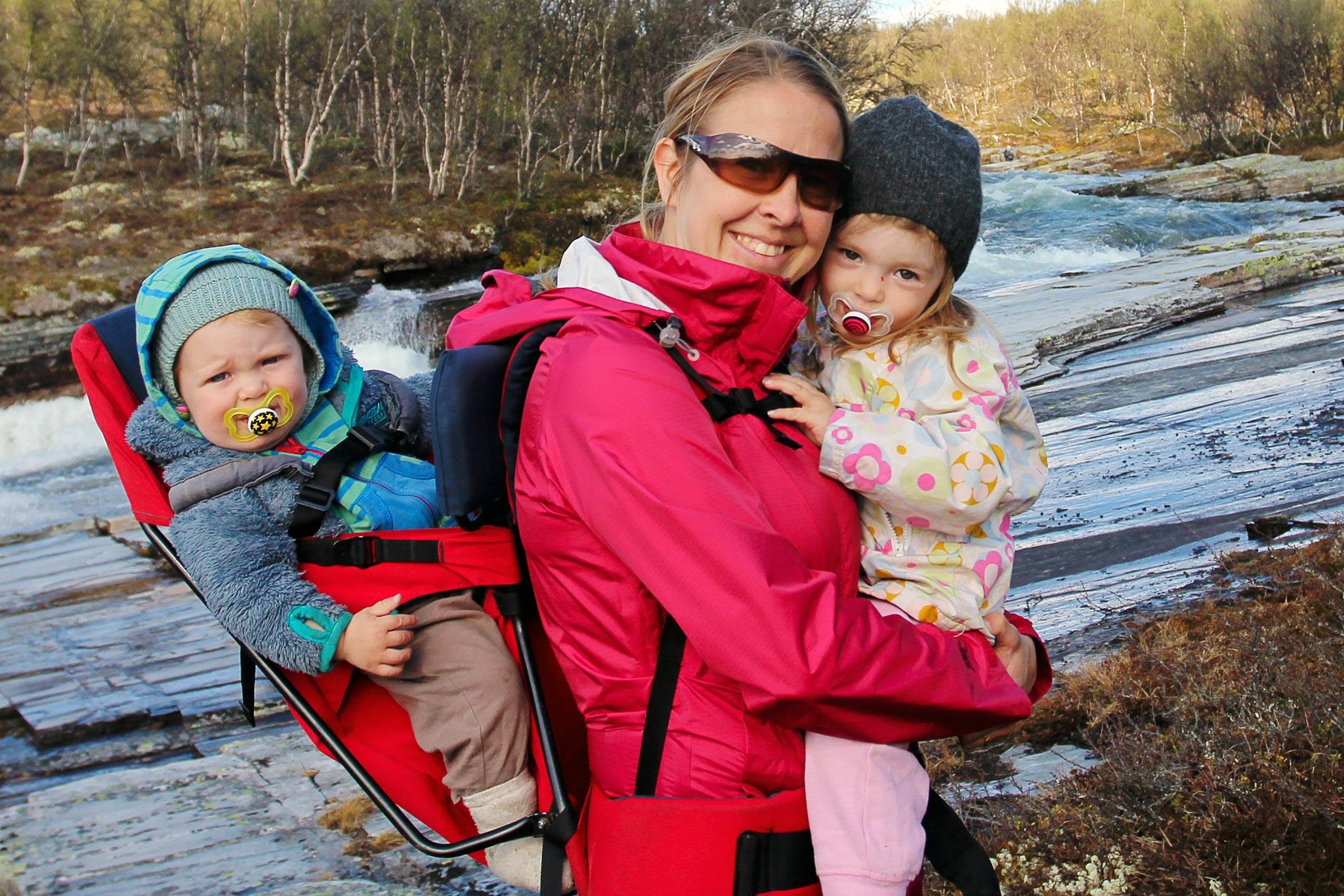 Satu lasten kanssa Rondanen kansallispuistossa Norjassa.