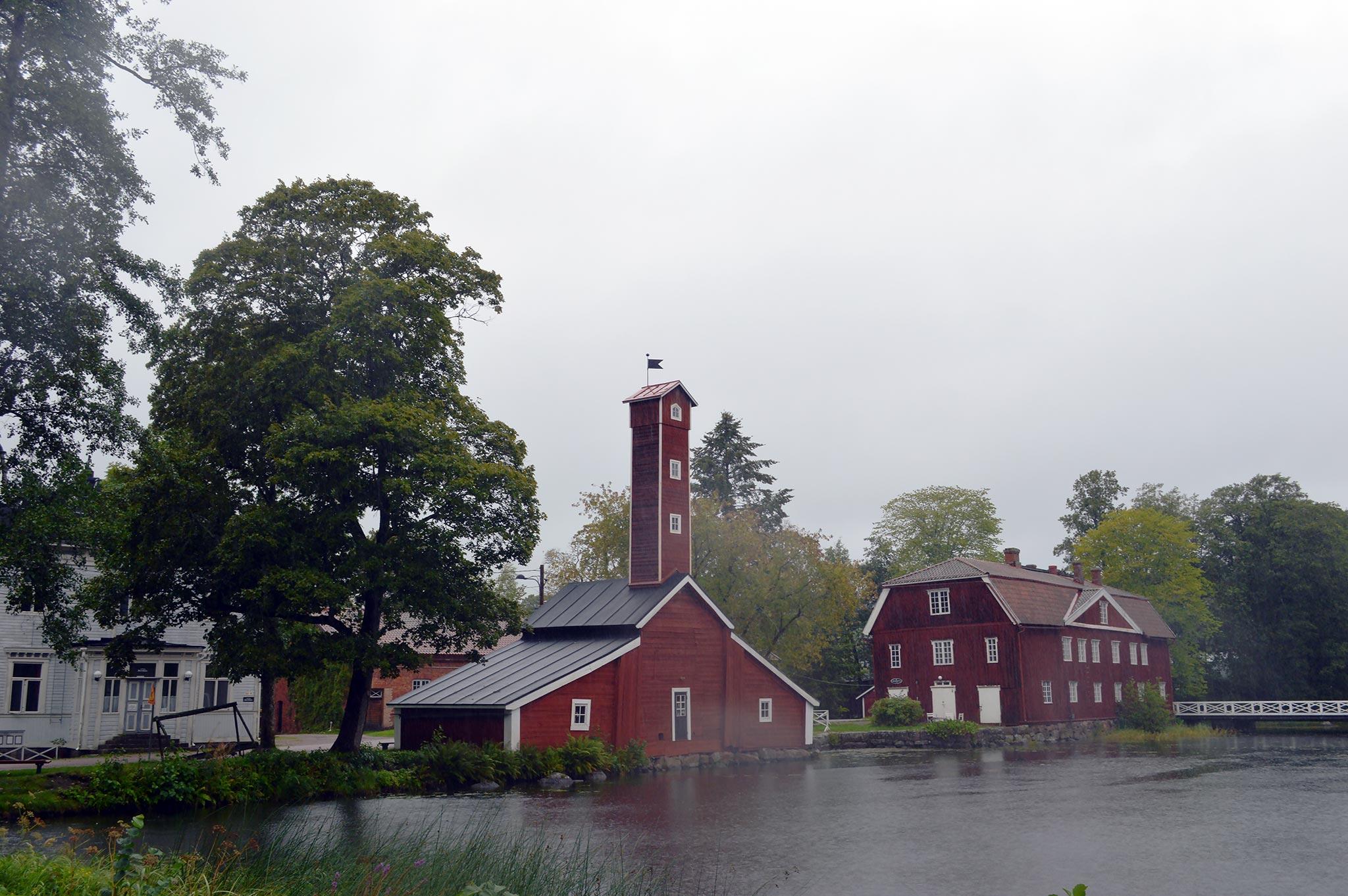 Strömforsin ruukin maamerkki on korkealla tornilla varustettu letkuvaja, jonka tornissa on kuivattu paloletkut.